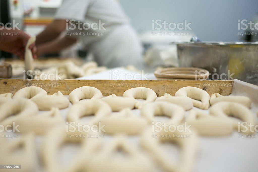 Bakers die Zubereitung von frischen Breze Teig auf/Tee-Sortiment – Foto