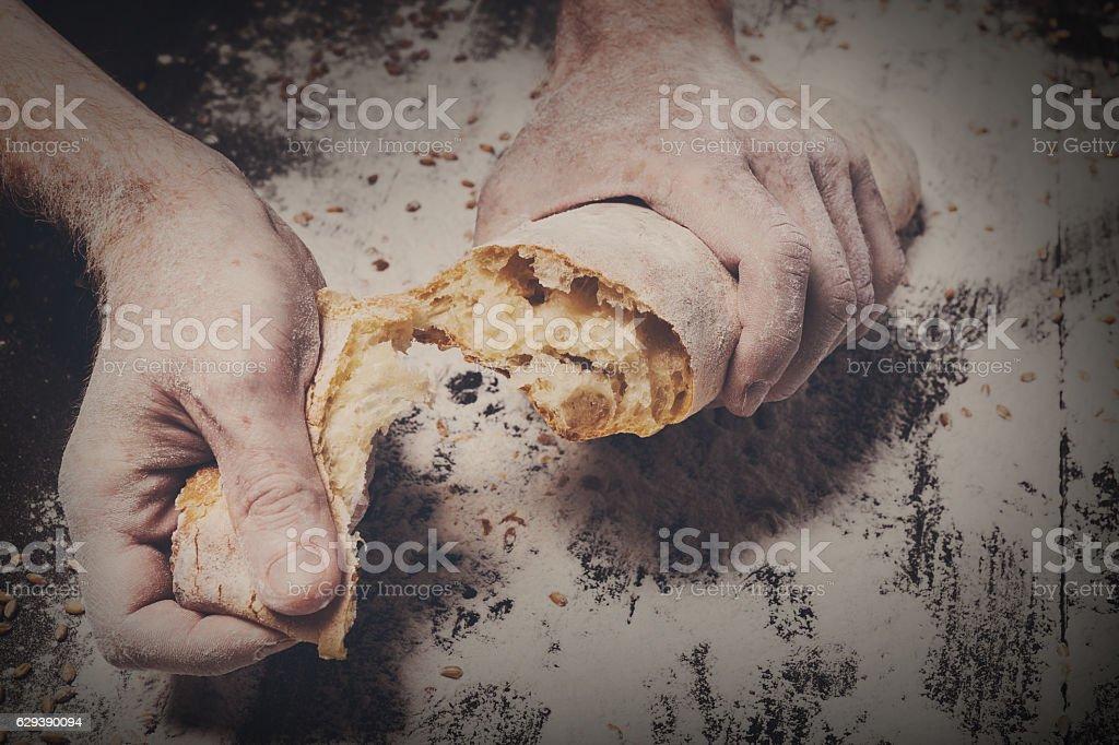 Bäckerei Konzept Hintergrund. Hand brechen Laib Brot – Foto