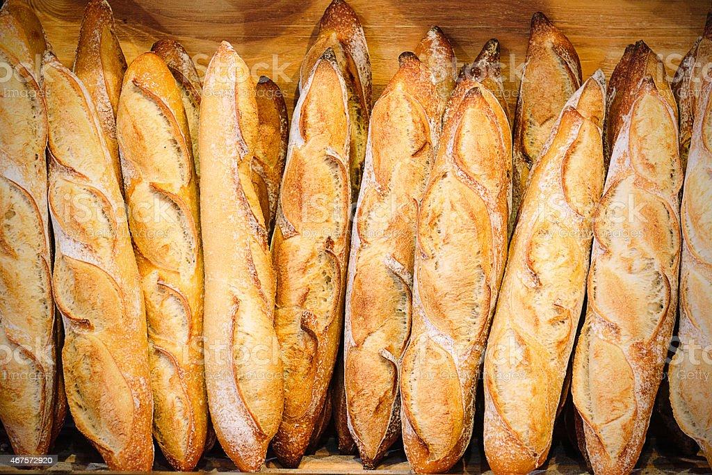Boulangerie en France avec des baguettes ou des pains sur une étagère - Photo