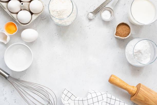 ingredienti per la cottura e la cottura su sfondo grigio brillante - flat lay foto e immagini stock