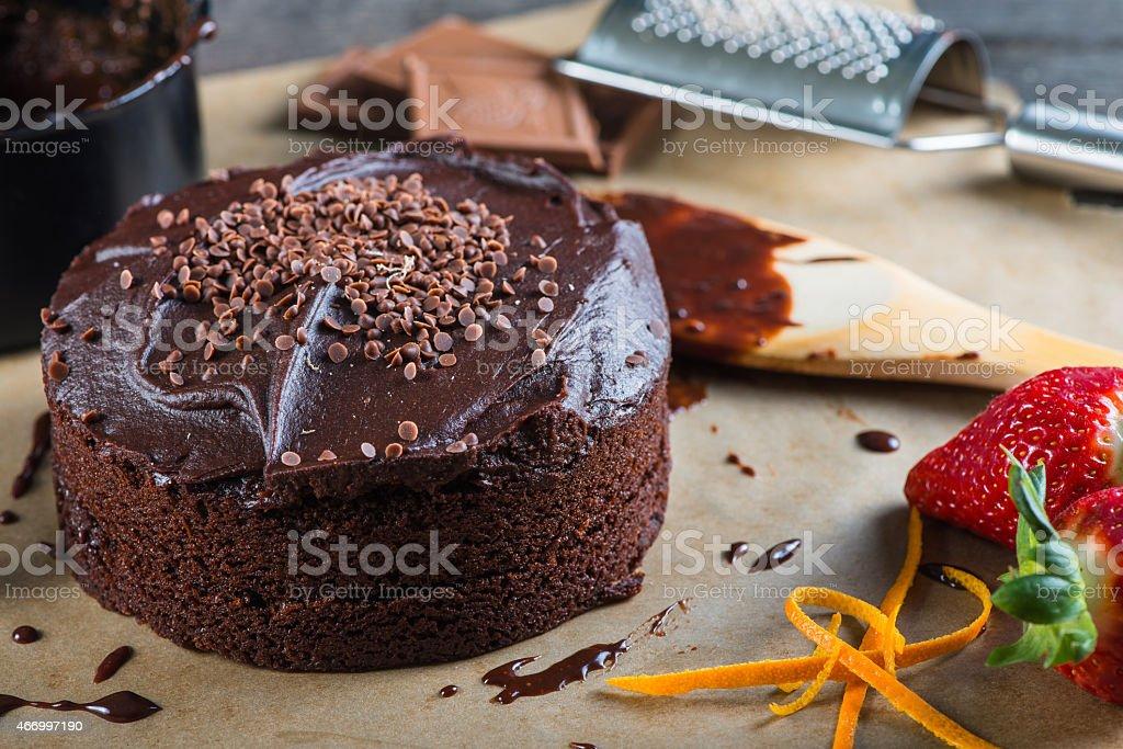 Hornear Y Decorar Pastel De Chocolate Foto De Stock Y Más