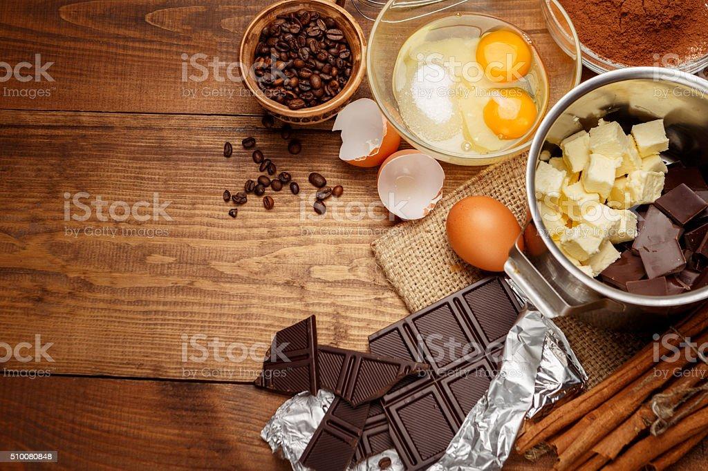 Forma de bolo de chocolate em zonas rurais e rústicos de cozinha. - foto de acervo