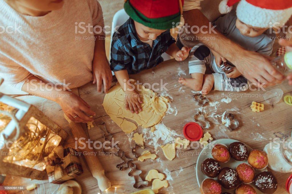 Backen von Weihnachtsplätzchen mit meiner Familie – Foto