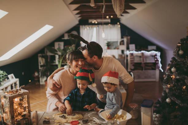 kerstkoekjes met mijn familie bakken - christmas family stockfoto's en -beelden