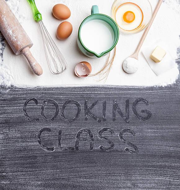 Backen Kochen Konzept Auswahl an Zutaten und Küchenutensilien. – Foto