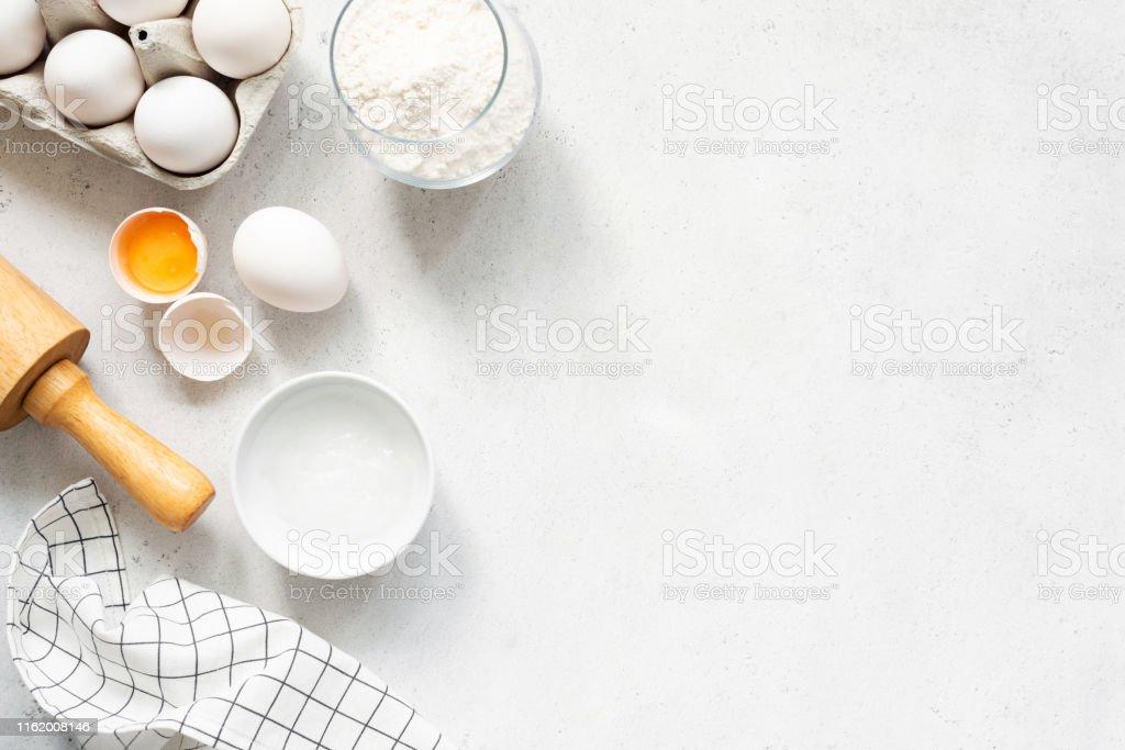 Beton arka planda pişirme malzemeleri pişirme - Royalty-free Ahşap Stok görsel