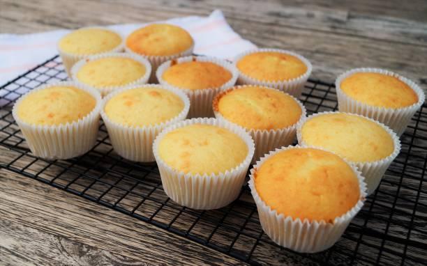 backen muffins im gange - vanille muffins stock-fotos und bilder