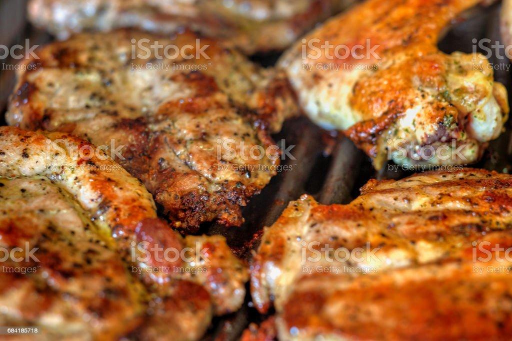 Cuisson des viandes fraîches sur le gril photo libre de droits