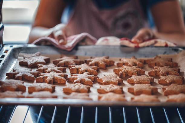 lebkuchen-kekse im ofen backen - hausgemachte zuckerplätzchen stock-fotos und bilder