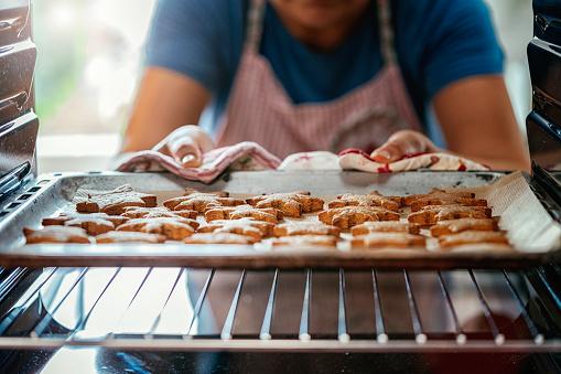 오븐에 굽는 진저 쿠키 가정 주방에 대한 스톡 사진 및 기타 이미지