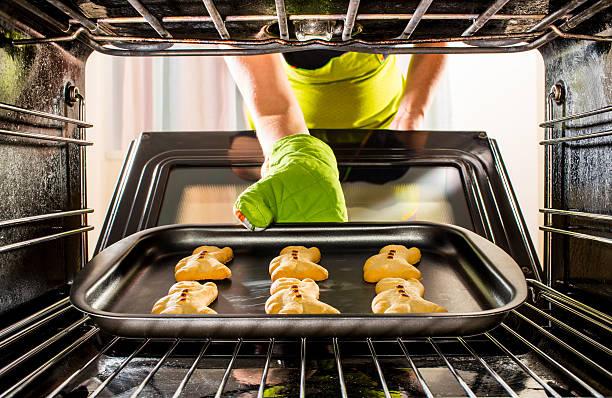 baking lebkuchenmann aus dem ofen - schnelles weihnachtsessen stock-fotos und bilder