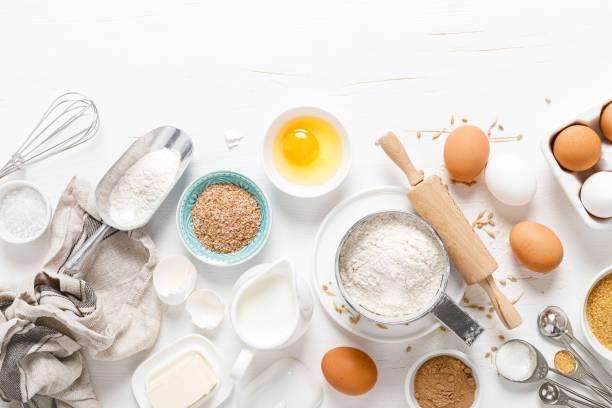 在白色廚房工作台烘焙自製麵包,提供烹飪配料、烹飪背景、複製空間、頭頂視圖 - 材料 個照片及圖片檔