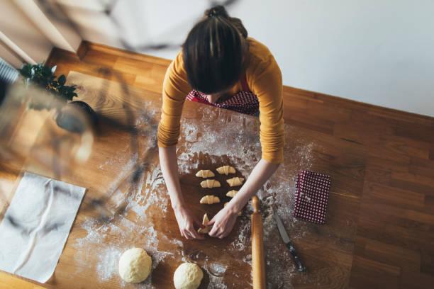 baking homemade bread - baking bread at home imagens e fotografias de stock