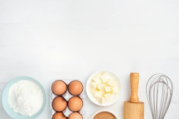 烘焙食材和廚房用具在白色背景 - 材料 個照片及圖片檔