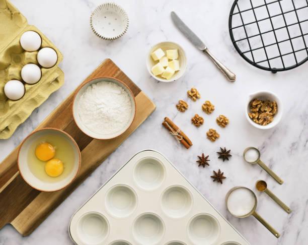 backen zutaten hintergrund - vanille muffins stock-fotos und bilder