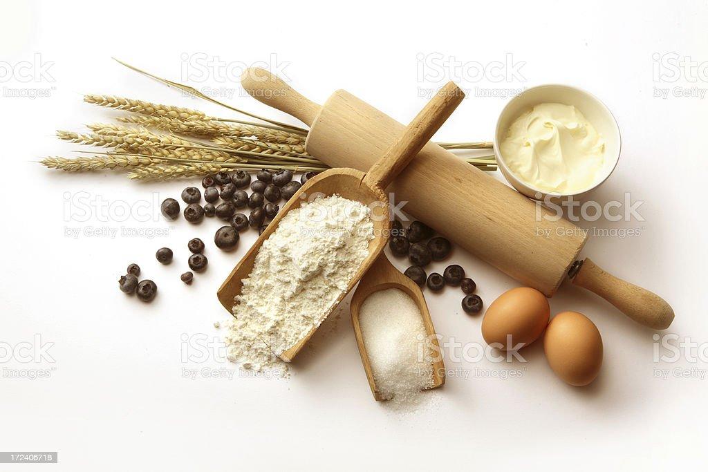 Hornear ingredientes: Pastel de arándano (harina, huevos, arándanos, el azúcar y crema - foto de stock