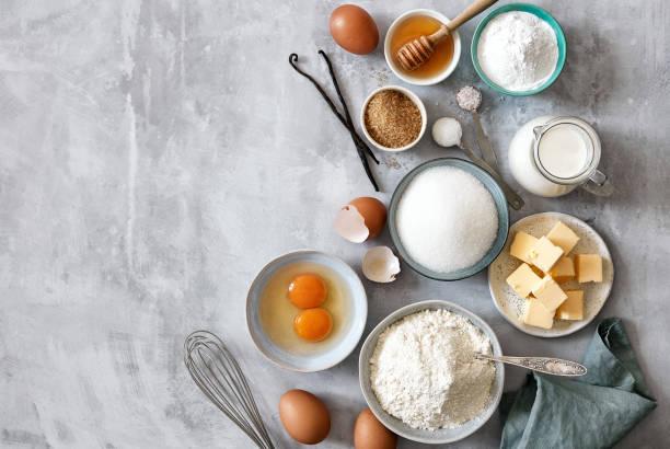 烘焙配料:麵粉、雞蛋、糖、黃油、牛奶和香料 - 材料 個照片及圖片檔