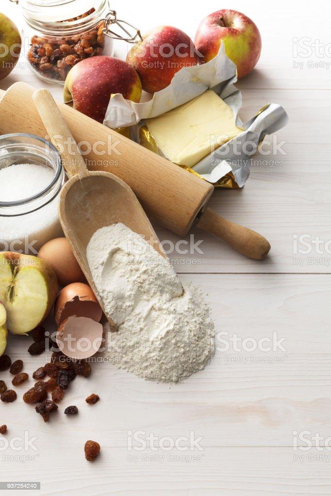 Cozimento: Ingredientes para a torta de maçã ainda vida - foto de acervo