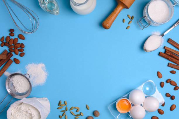 backzutaten für hausgemachte patisserie auf blauem hintergrund. backen sie süße kuchen dessert-konzept. ansicht von oben. flach zu legen. textfreiraum - backrahmen stock-fotos und bilder