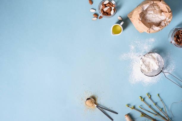 backzutaten für backwaren auf dem blauen hintergrund. kochen kuchen oder brot. - backrahmen stock-fotos und bilder