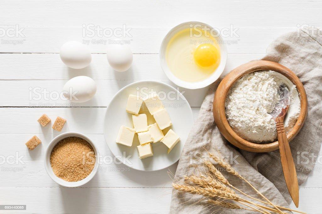 Ingredientes para hornear en vista superior de tabla blanca - Foto de stock de Alimento libre de derechos