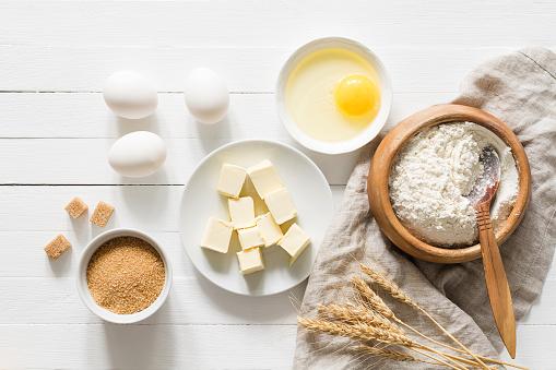 Ingredientes Para Hornear En Vista Superior De Tabla Blanca Foto de stock y más banco de imágenes de Alimento