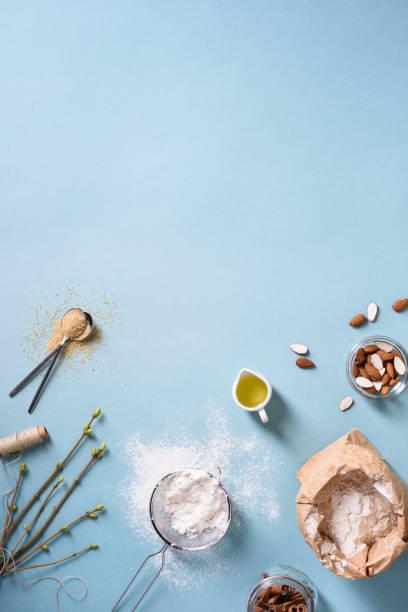 backzutaten über küchentisch. mehl, mandeln, öl, zucker, zimt. - backrahmen stock-fotos und bilder