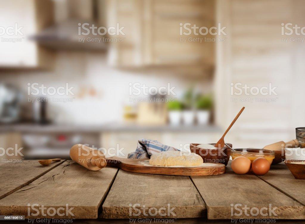 Cozimento de ingredientes colocados na mesa de madeira - foto de acervo