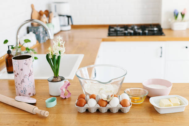 Backzutaten auf Holztisch gelegt, bereit zum Kochen. Konzept der Lebensmittelzubereitung, weiße Küche auf dem Hintergrund. – Foto