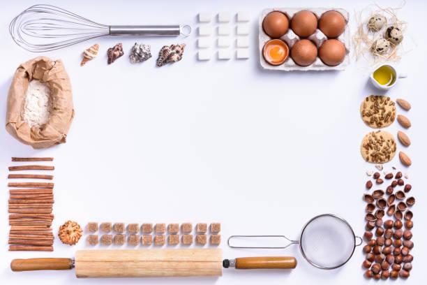 backen oder kochen hintergrund rahmen. zutaten, küchenutensilien zum backen von kuchen. - backrahmen stock-fotos und bilder