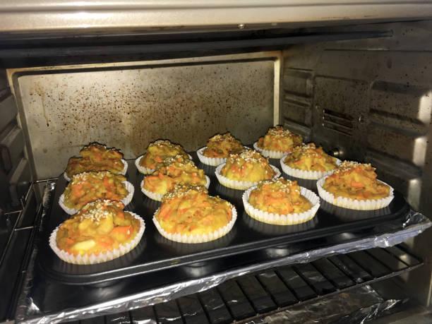 herzhafte karotten-muffins - alufolie backofen stock-fotos und bilder