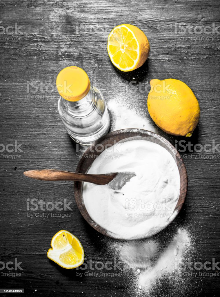 Backpulver in eine Schüssel mit Essig und Zitronenscheiben. – Foto