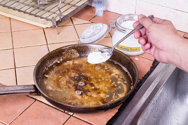 Bäckerei soda, und löschen Sie dann auf Speisen in Pfannen. – Foto