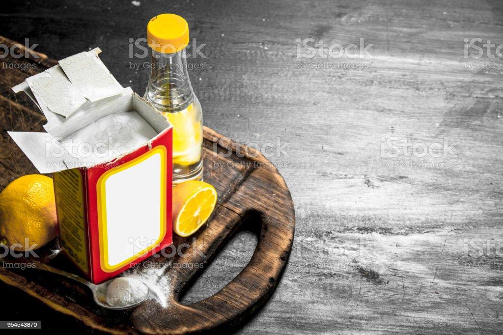 Backpulver mit Essig und Zitrone. – Foto