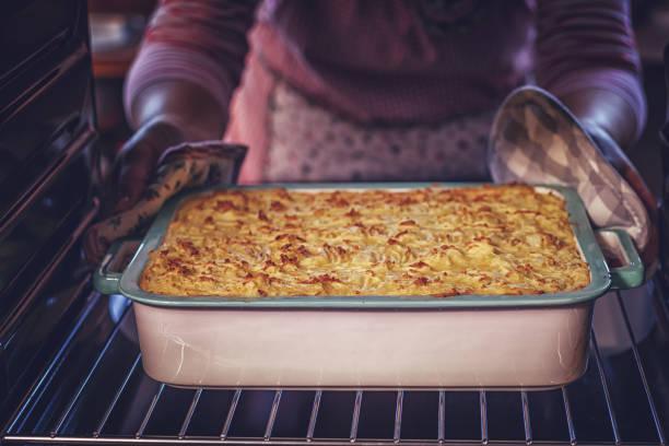 traditionelle shepards pie im ofen backen - gemüseauflauf mit hackfleisch stock-fotos und bilder