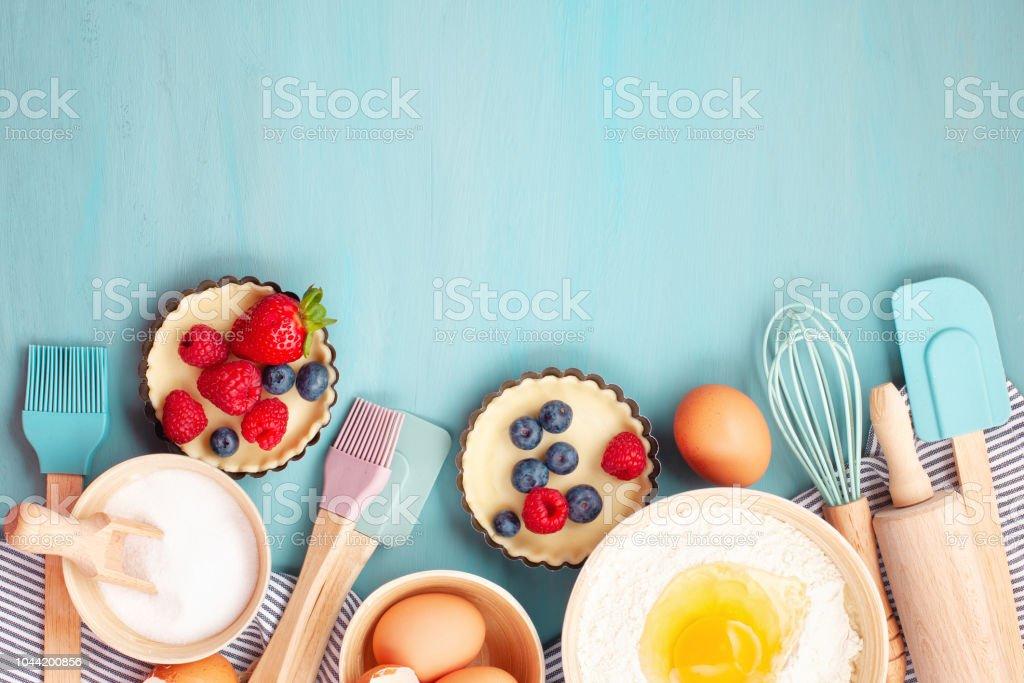 Mutfak eşyaları pişirme ve pişirme tart, tanımlama bilgileri, hamur ve pasta için malzemeler. - Royalty-free Ahududu Stok görsel