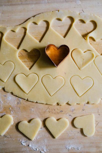 valentinstag kekse backen - küche italienisch dekorieren stock-fotos und bilder