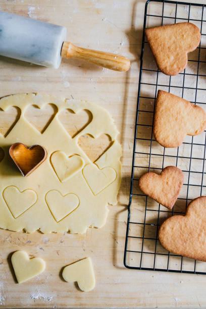 valentinstag kekse backen - italienische küchen dekor stock-fotos und bilder