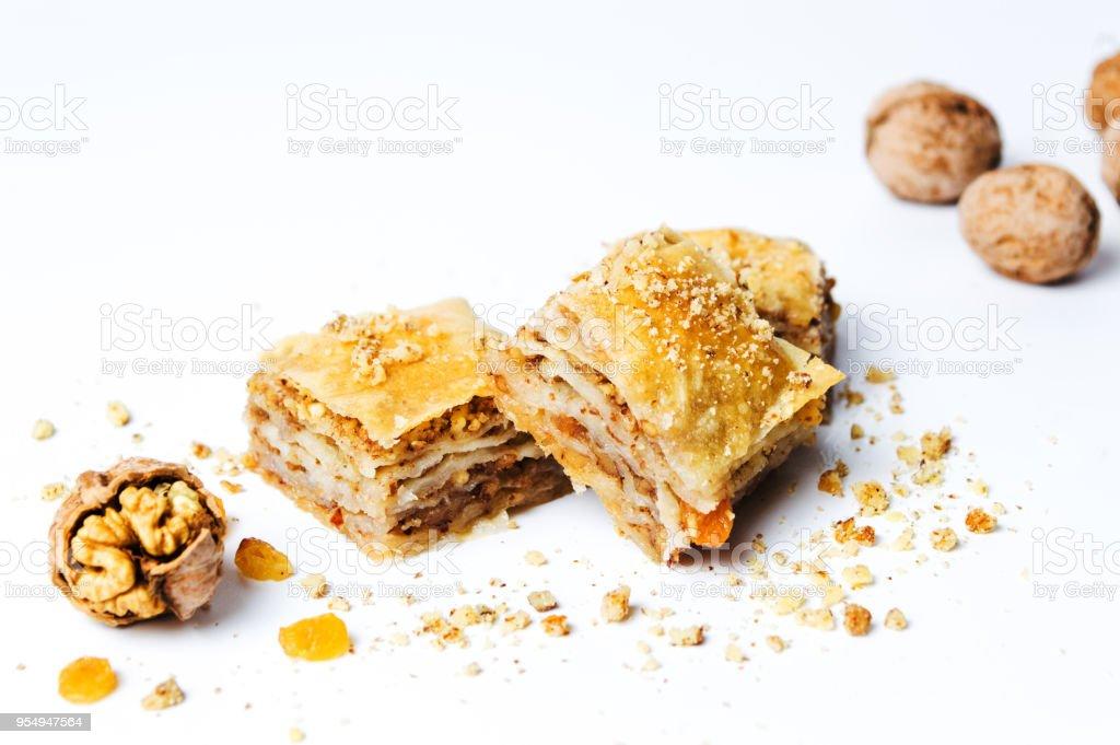 Tranches de dessert baklava sur fond blanc - Photo