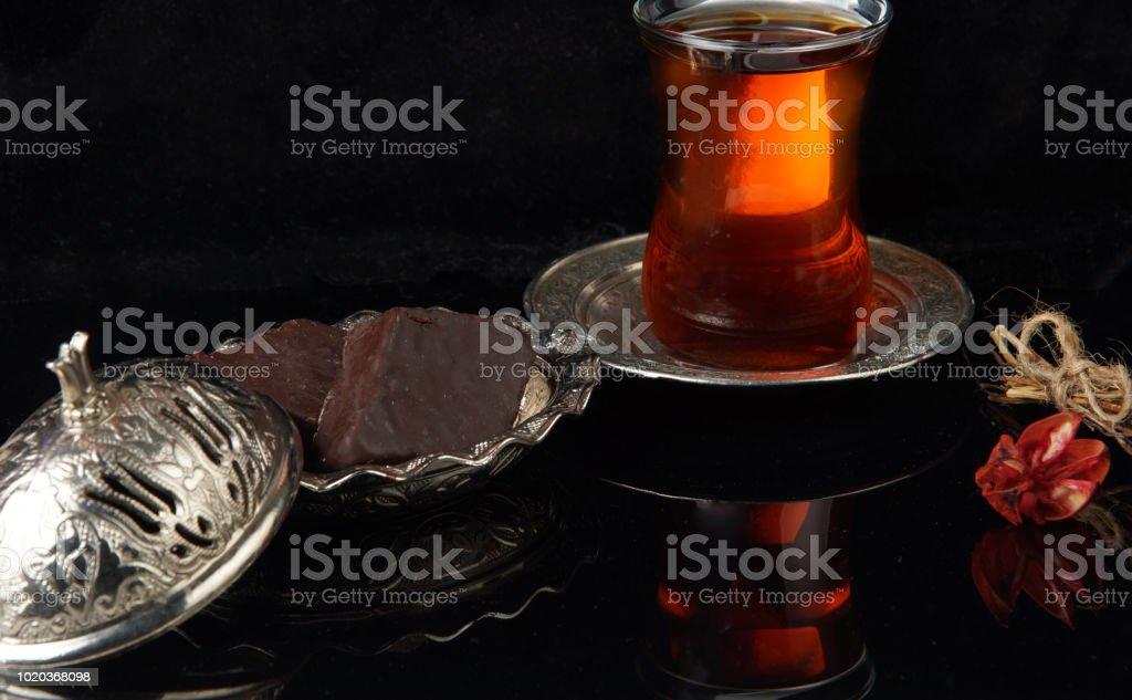 Baklava sur une plaque à côté d'une tasse de café - Photo