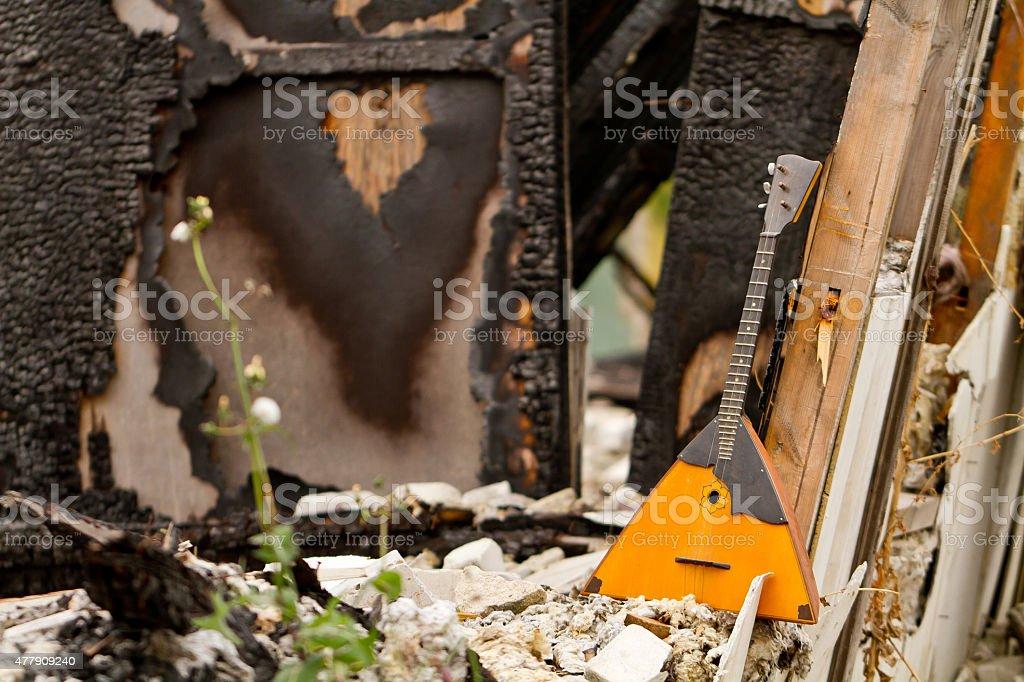 Balalaika auf den Ruinen von einem zerstörten Gebäude – Foto