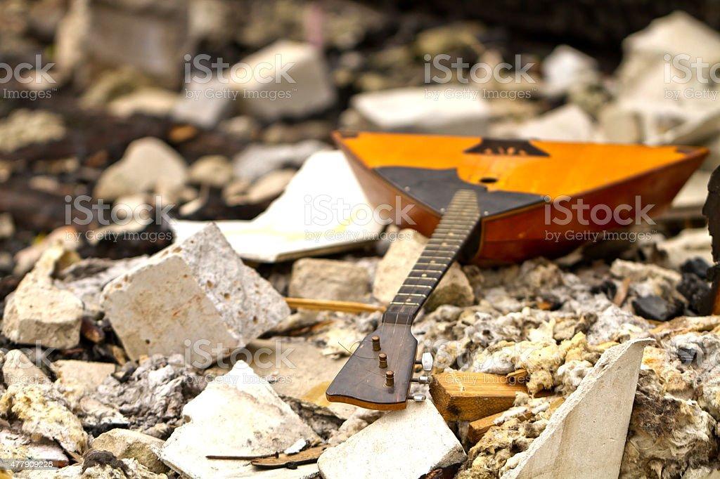 Balalaika auf den Ruinen einer zerstörten house – Foto