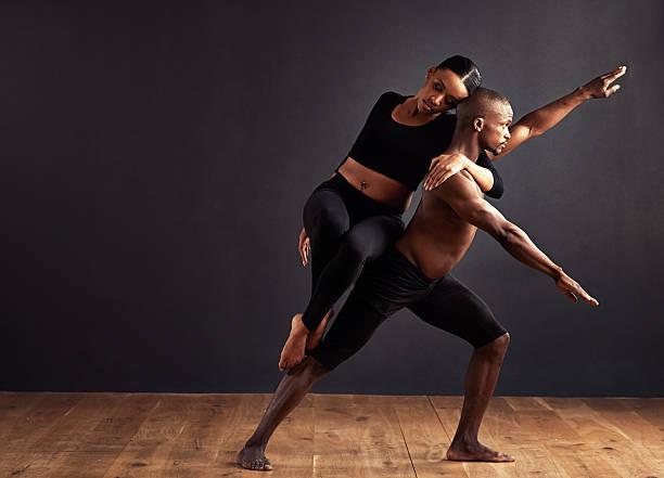 gleichgewicht der männlichen und der weiblichen energie wieder her - männliche körperkunst stock-fotos und bilder