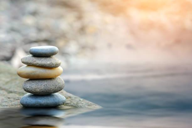 balance-stein mit spa am fluss küste - gleichgewicht stock-fotos und bilder