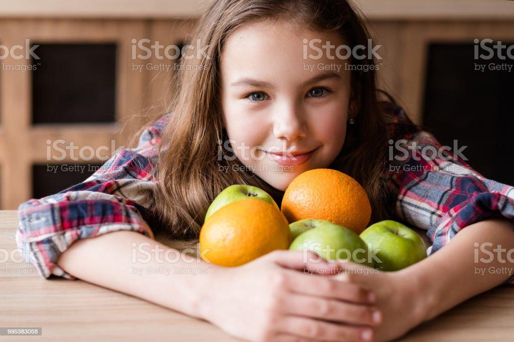 niño equilibrada nutrición fruta wellness naranja - foto de stock