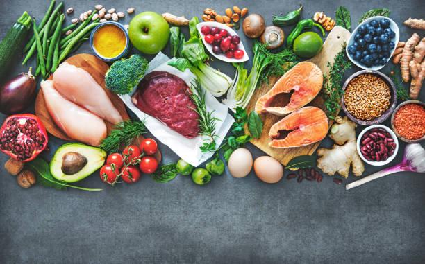 ausgewogene ernährung essen hintergrund - gemüse zu fisch stock-fotos und bilder