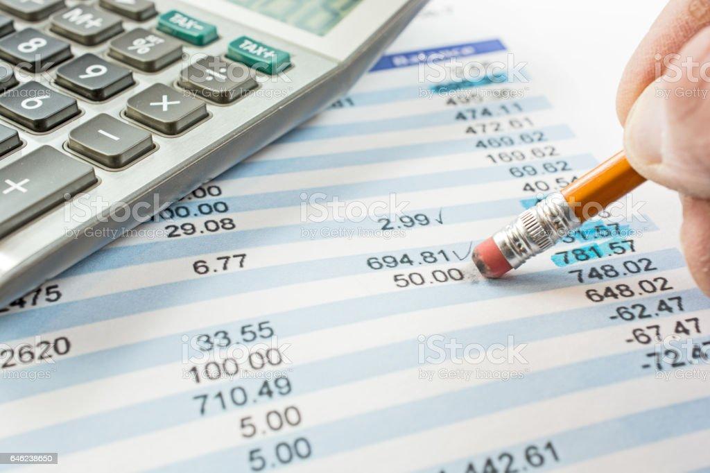 Equilibrio de un primer plano declaración de banco con lápiz y calculadora - foto de stock