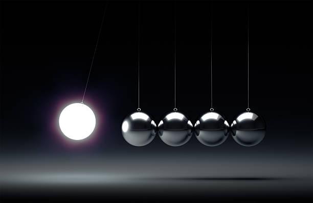 ballons d'équilibre pendule de newton - impact photos et images de collection