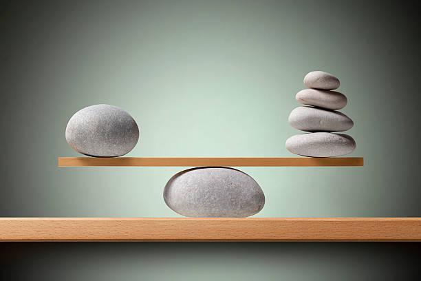 balancing steinen - gleichgewicht stock-fotos und bilder