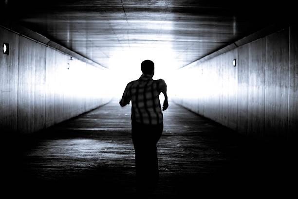 schwarz und weiß-bild von einem mann-silhouette laufen - alles hinter sich lassen stock-fotos und bilder